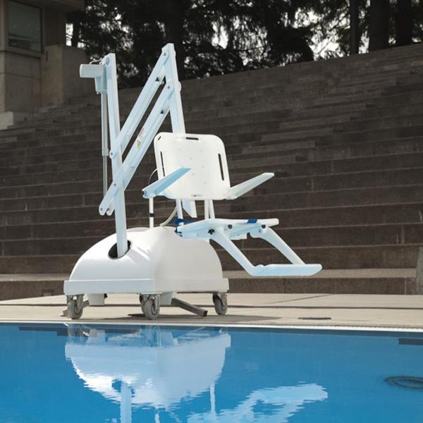 En mobil bassänglift på hjul som lyfts ut över en pool. Handikapplift av typ PAL