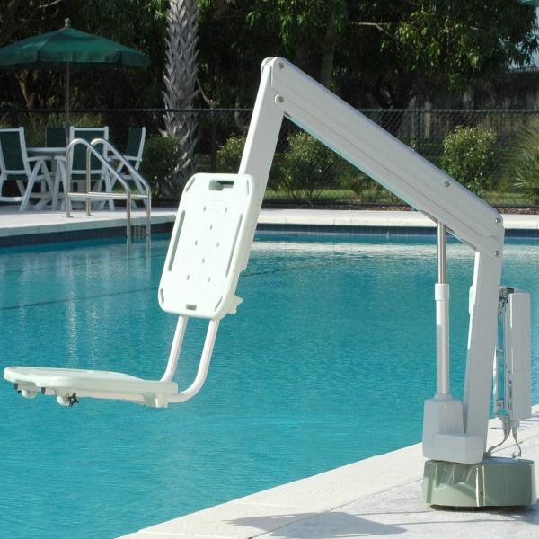 Bassänglift xAs som visas vid en pool