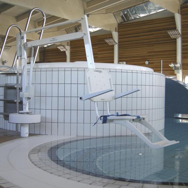 Bassänglift som lyfts ut över pool. En Splash handikapplift